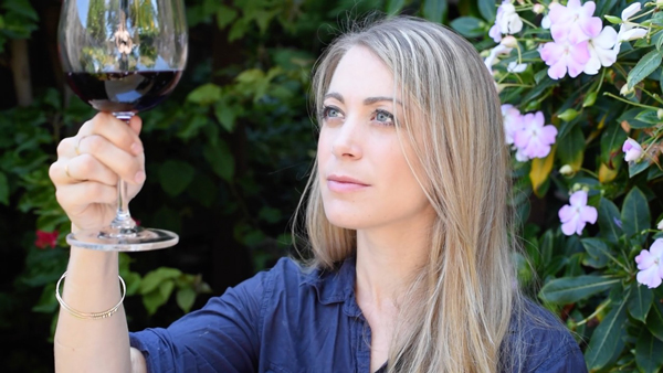 Easy guide to tasting wine with a great video tutorial!