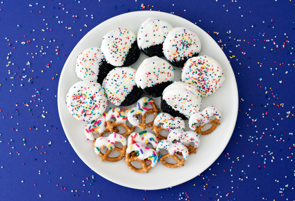 How to Make White Chocolate Dipped Oreos and Pretzels