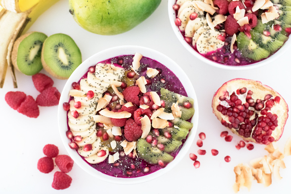 Super Healthy Dragonfruit Pitaya Bowl Recipe packed with fresh fruit and antioxidants!