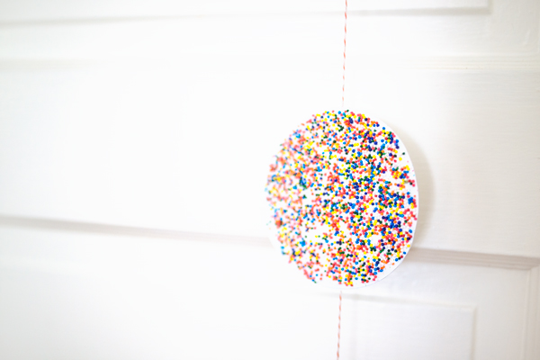 Confetti Party Photobooth DIY - all you need is paper and sprinkles!
