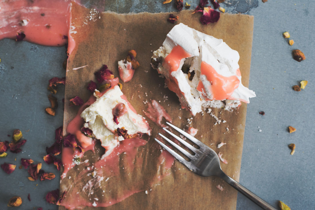 How to make pavlova with pistachios and rhubarb curd. So lovely!